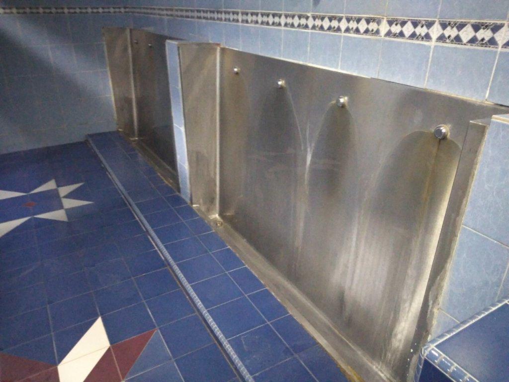 マレーシアのローカルの男子トイレ
