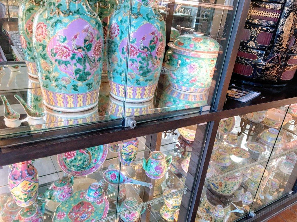 プラナカンマンションのアンティーク陶器