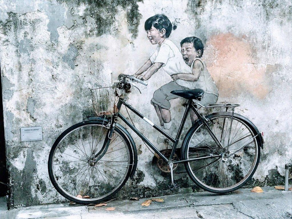 ペナンの一番有名な自転車に乗った子供の絵