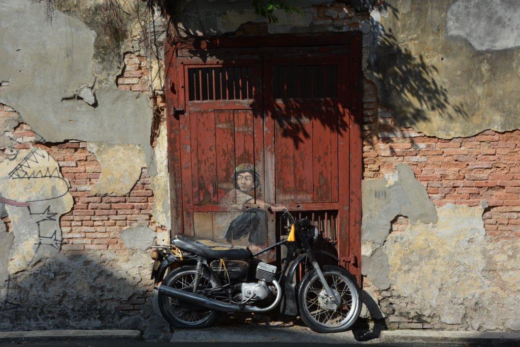 ペナンのバイクに乗った少年の絵